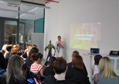 Kateřina Tygl přednáší o tom, jak efektivně sledovat trendy a novinky v oboru